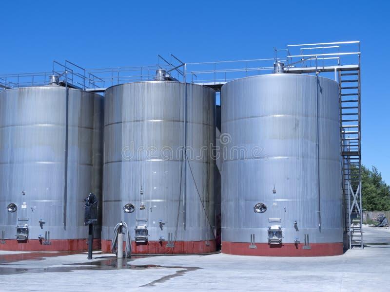 Certains wine les cuves de fermentation métalliques photo stock