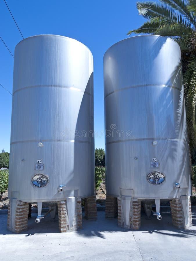 Certains wine les cuves de fermentation métalliques image stock