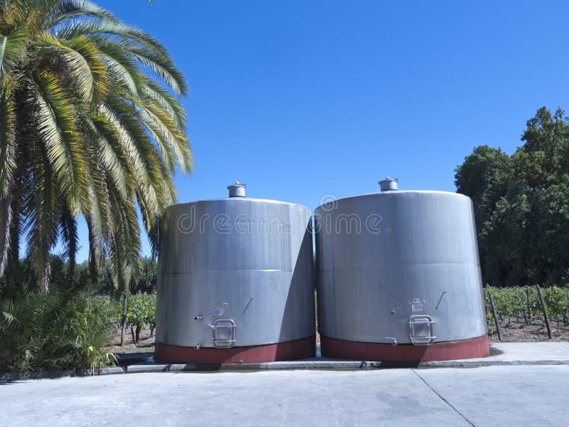 Certains wine les cuves de fermentation métalliques photos stock