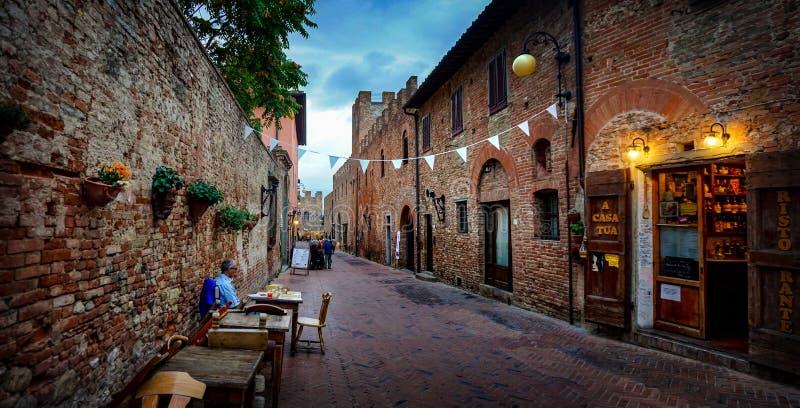 Certaldo, Toscana/Italia - 09 15 2017: calle típica ancent de Certaldo con la gente en la calle imágenes de archivo libres de regalías