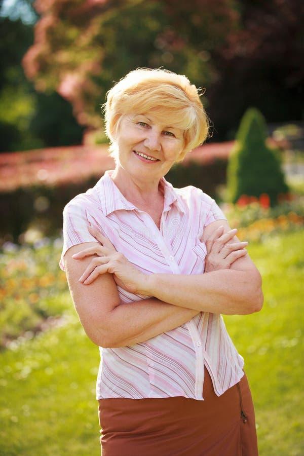 Certeza. Pensionista superior na moda seguro da mulher com braços cruzados foto de stock royalty free