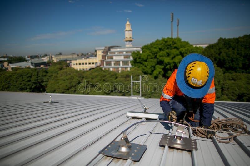 Certifica al trabajador del inspector de la industria, llevando servicios de la inspección del casco de la protección de la caída fotografía de archivo