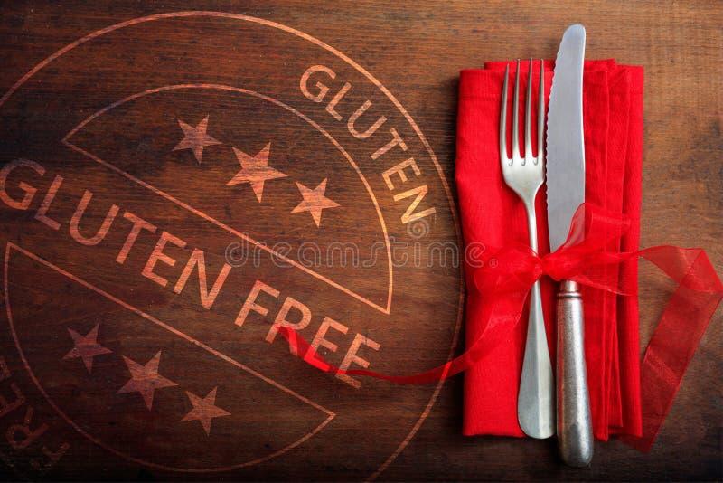certificación Gluten-libre Sello y cubiertos en la tabla de madera rústica, visión superior fotografía de archivo libre de regalías