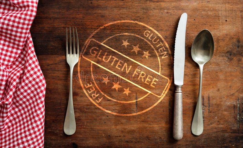 certificación Gluten-libre Sello y cubiertos en la tabla de madera rústica, visión superior foto de archivo libre de regalías