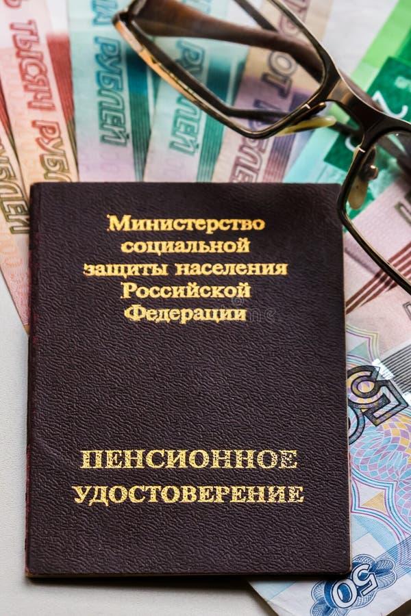 Certificado da pensão do russo, vidros e cédulas dos rublos de russo imagem de stock