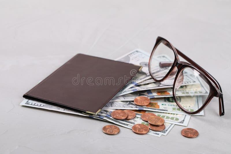 Certificado de la pensión con el dinero y los vidrios americanos en fondo gris imágenes de archivo libres de regalías