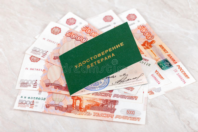 Certificado do veterano do russo que encontra-se sobre cédulas foto de stock royalty free