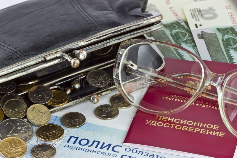 Certificado e carteira da pensão do russo com dinheiro fotografia de stock royalty free