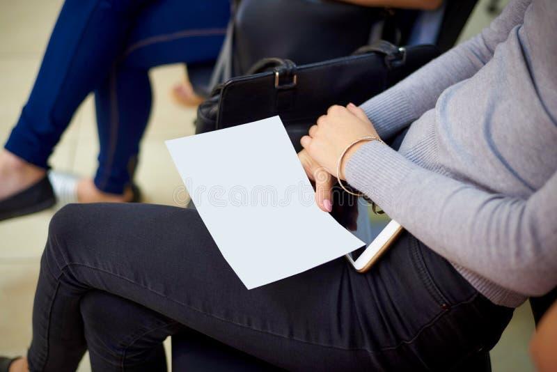 Certificat vide blanc dans des mains femelles photo libre de droits