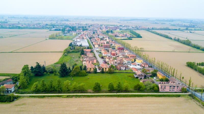 Certosa Павии, вида с воздуха, деревни Крыши и поля в провинции Павии Павия, Ломбардия, Италия стоковые фотографии rf