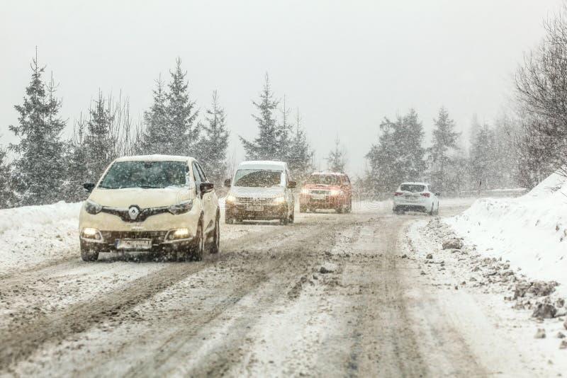 Certovica, Slovacchia - Jauary 08, 2019: Guida di veicoli sul sentiero forestale innevato sdrucciolevole durante la bufera di nev immagini stock libere da diritti