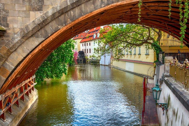 Certovka-Fluss in altem Prag lizenzfreie stockfotografie