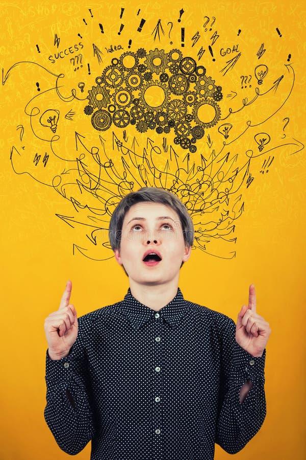 Cerveau de roue dentée au-dessus de tête La pensée dure, les flèches et les courbes salissent comme pensées Concept de d?veloppem images libres de droits