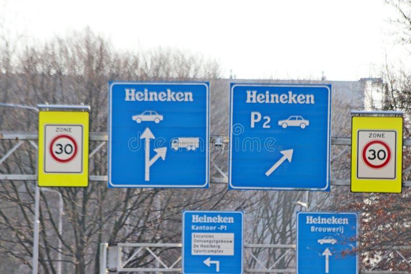 Cervecería de Heineken de la señal de dirección de la calle en Zoeterwoude en los Países Bajos imagen de archivo libre de regalías