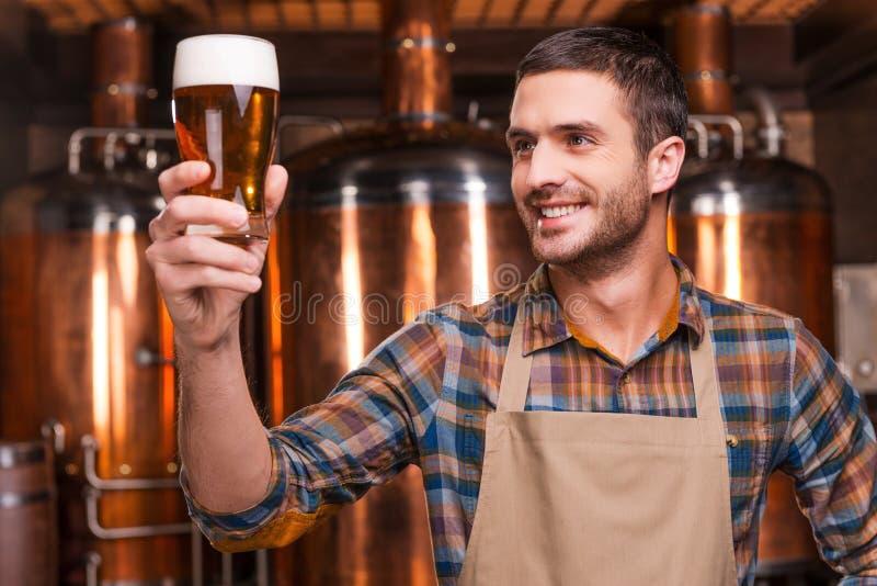 Cervecero feliz imagen de archivo