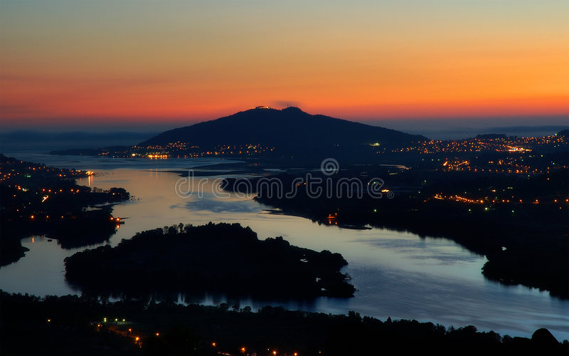Download Cerveiranatt arkivfoto. Bild av solnedgång, natt, town - 238386