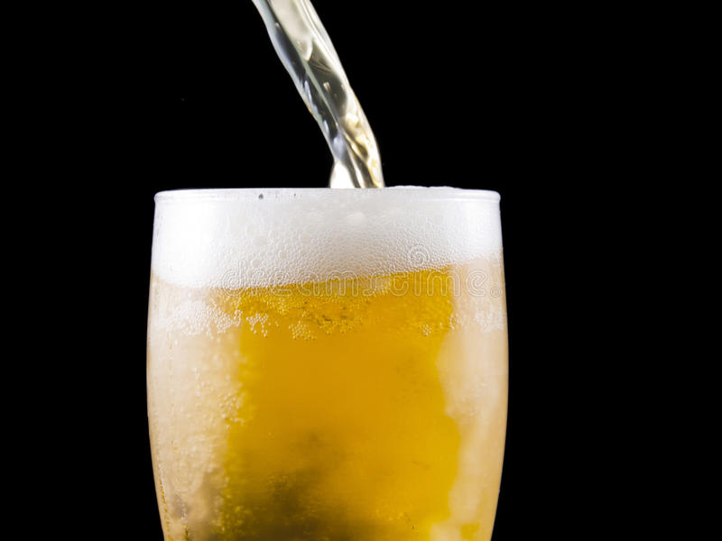 A cerveja é derramada imagem de stock