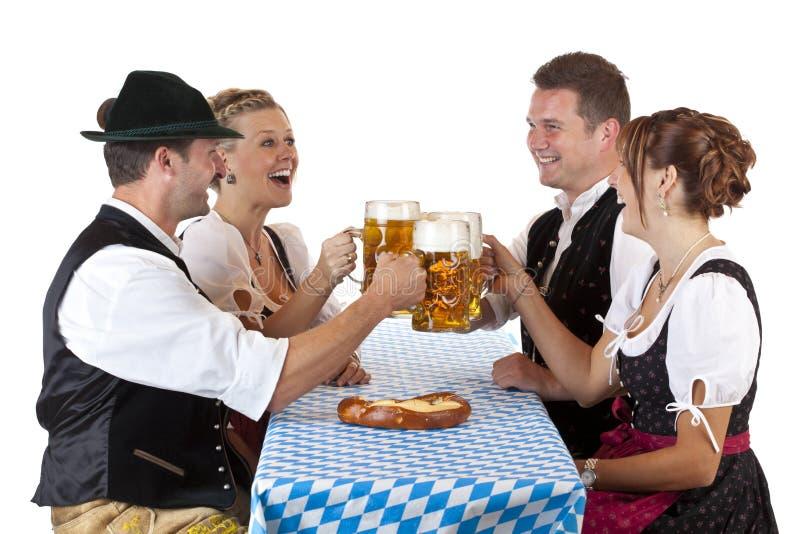 Cerveja bávara de Oktoberfest da bebida dos homens e das mulheres foto de stock royalty free
