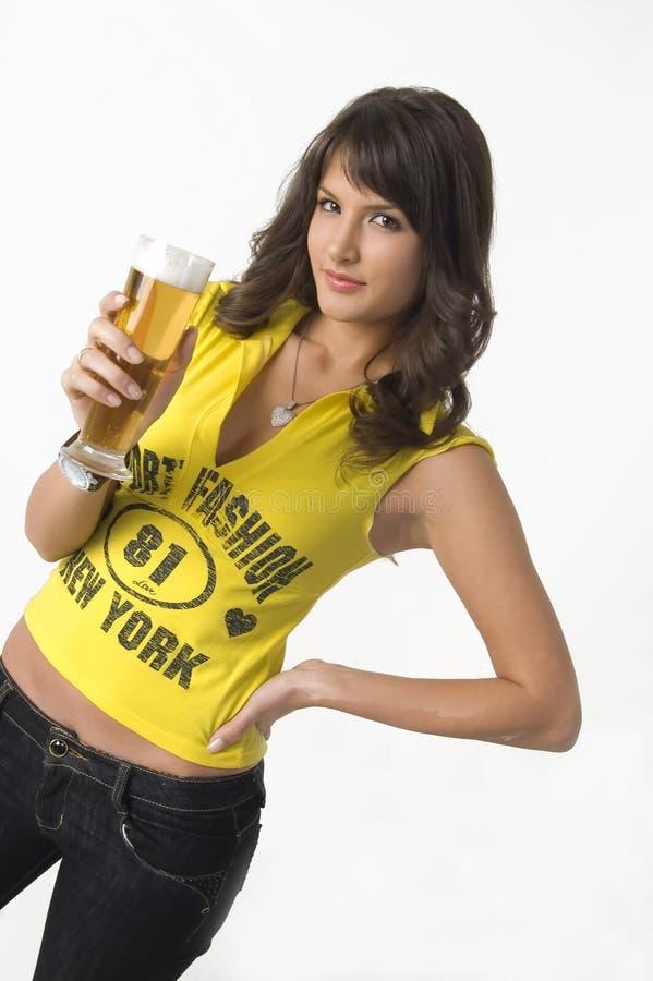 Cerveja bebendo da menina bonita do vidro foto de stock royalty free