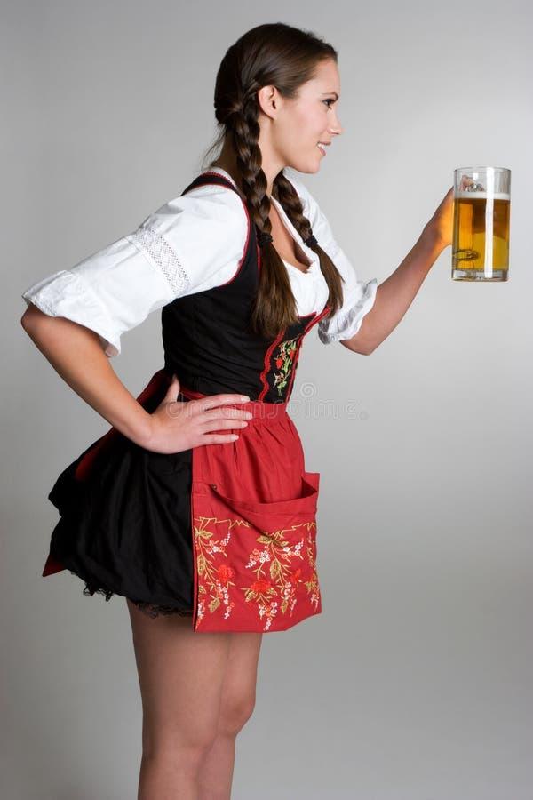 Cerveja bebendo da mulher imagem de stock royalty free