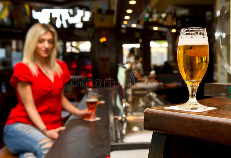 Cerveja bebendo da mulher bonita imagens de stock