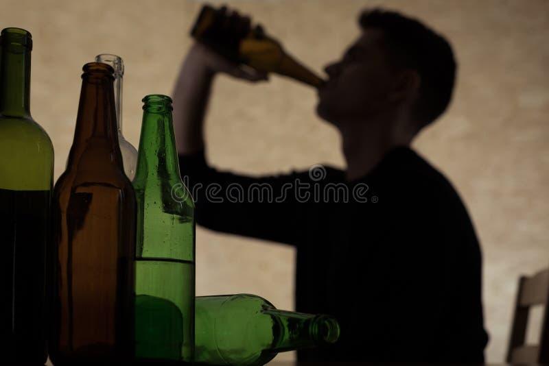 Cerveja bebendo do adolescente foto de stock royalty free