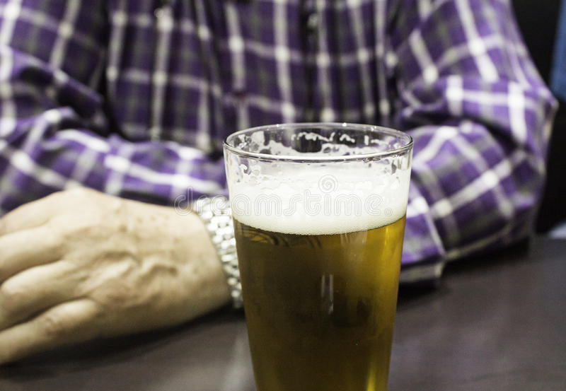 Cerveja bebendo do homem fotos de stock