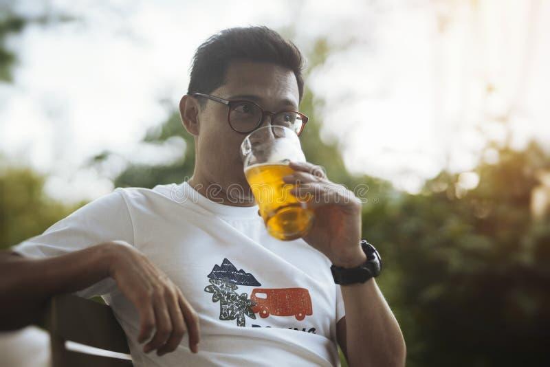 Cerveja bebendo do homem de óculos novo fotos de stock royalty free