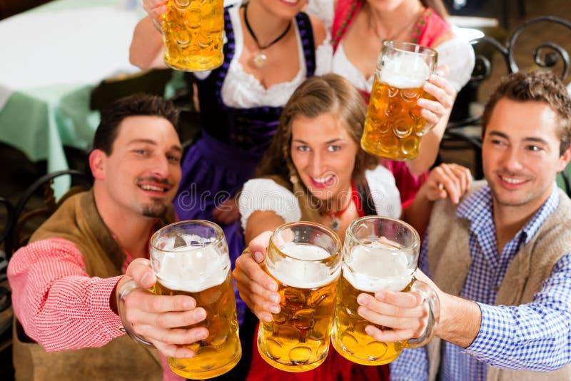 Cerveja bebendo dos povos no pub bávaro fotos de stock