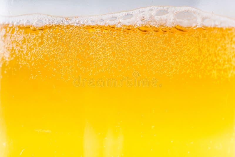 A cerveja borbulha na ampliação e no close-up altos fotografia de stock