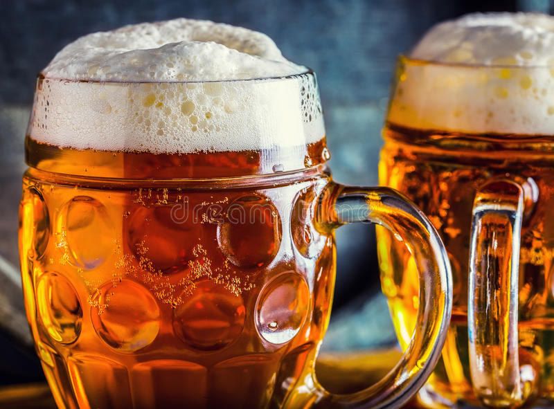 Cerveja Cervejas frias de OktoberfestTwo Cerveja de esboço Cerveja inglesa do esboço Cerveja dourada Cerveja inglesa dourada Cerv foto de stock