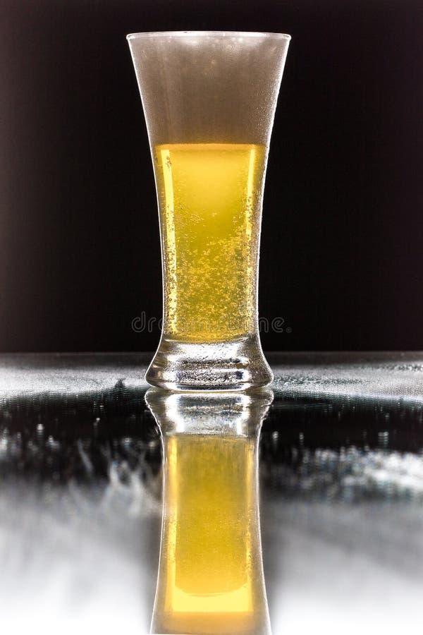 Cerveja Cerveja clara do ofício frio em um vidro com gotas da água Pinta do fim da cerveja isolada acima no fundo preto da cor Pr fotografia de stock royalty free