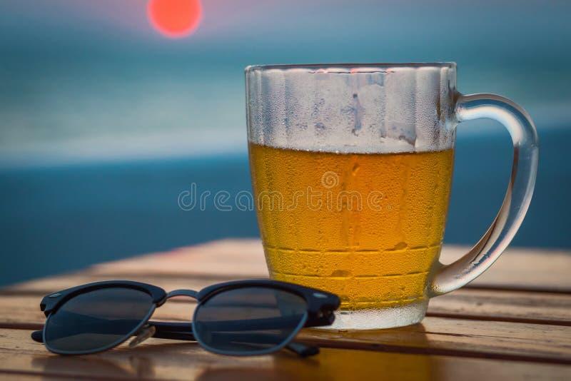 Cerveja clara em um círculo Sea fotografia de stock royalty free