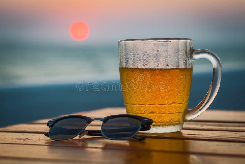 Cerveja clara em um círculo Sea foto de stock