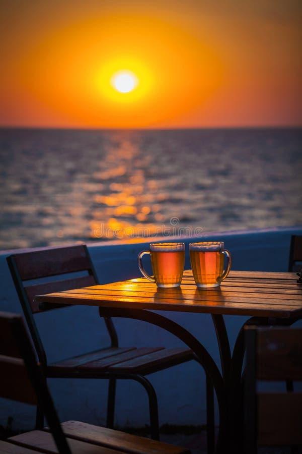 Cerveja com bokeh no mar foto de stock royalty free