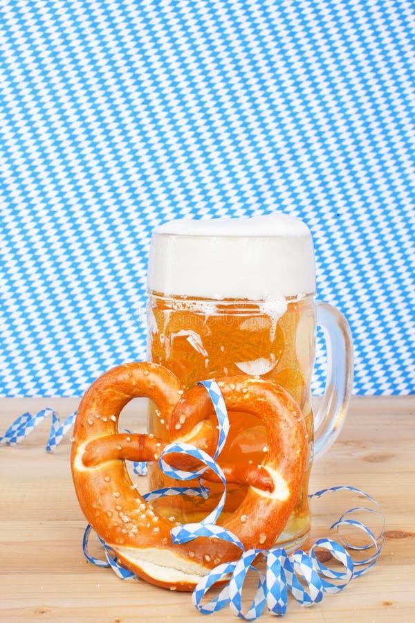 Cerveja com brezel e as flâmulas de papel imagem de stock royalty free
