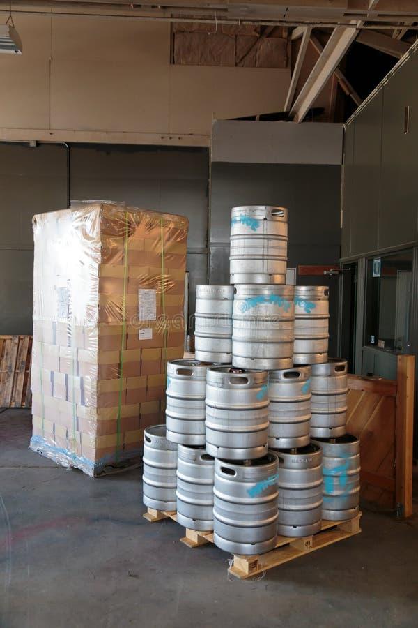 Cerveja comercial do ofício que faz na cervejaria imagens de stock