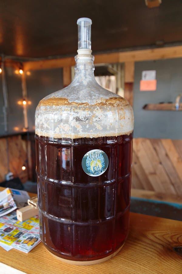 Cerveja comercial do ofício que faz na cervejaria fotos de stock