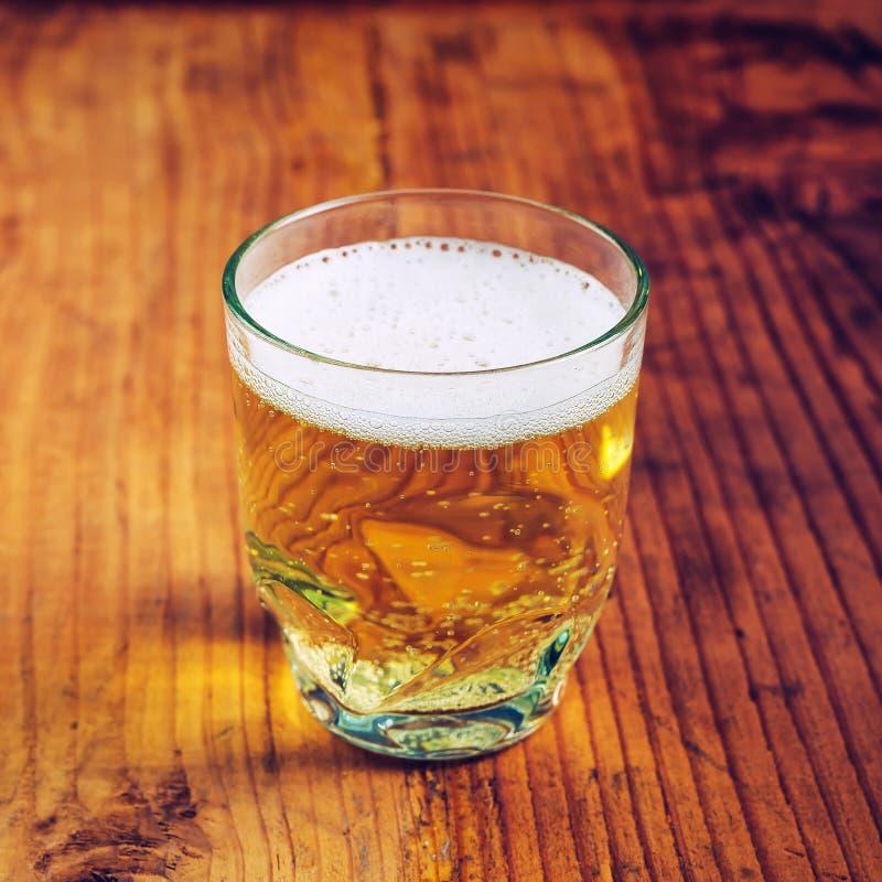 Cerveja da sidra de maçã em um vidro fotos de stock royalty free