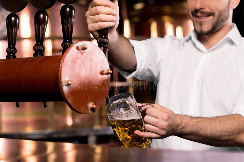 Cerveja de derramamento. fotografia de stock royalty free