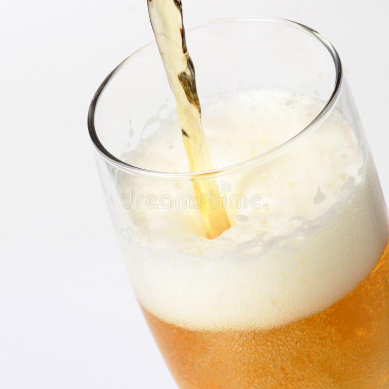 Cerveja de derramamento imagem de stock royalty free