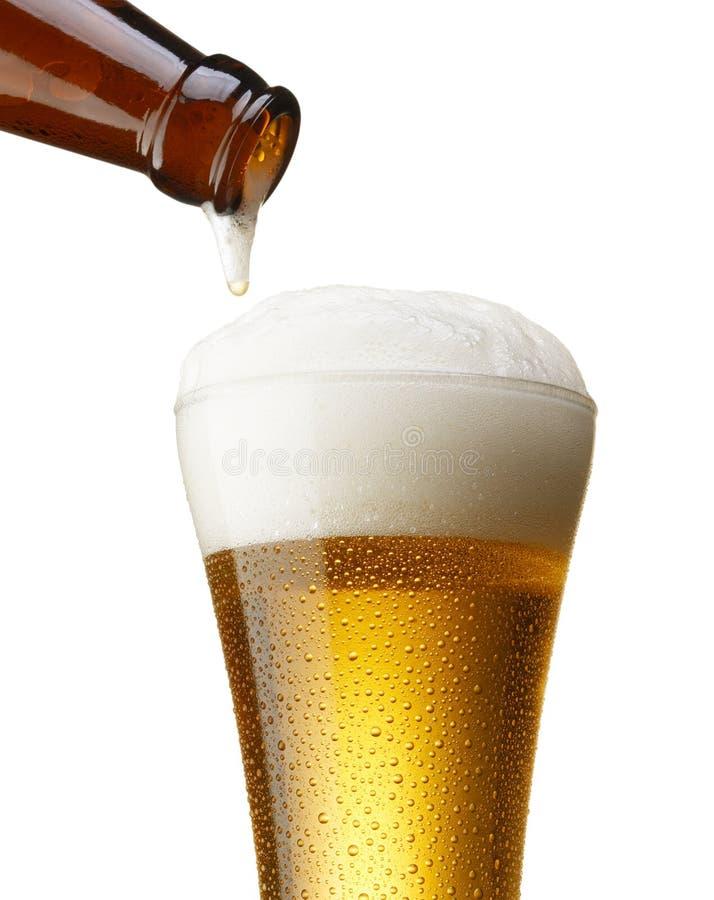 Cerveja de derramamento imagens de stock royalty free