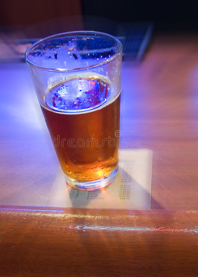 Cerveja de esboço na barra com borrão foto de stock