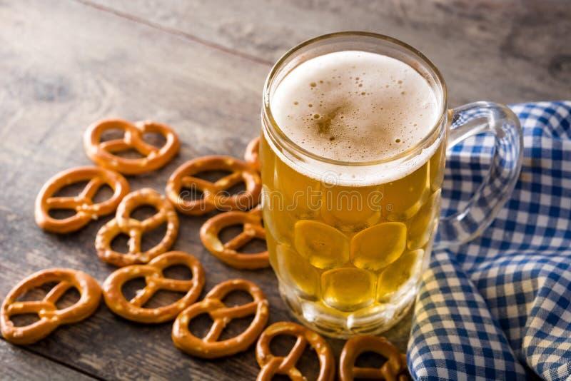 Cerveja de Oktoberfest com os pretzeis na tabela de madeira fotografia de stock royalty free