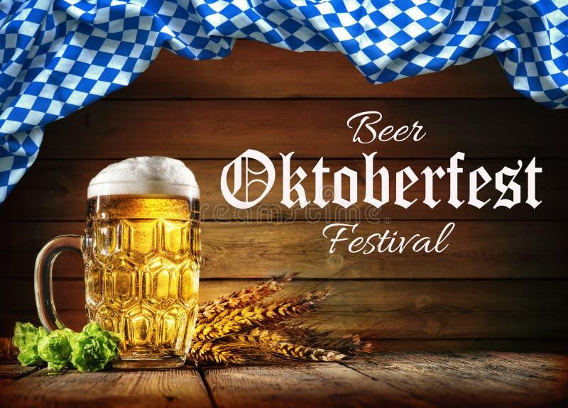 Cerveja de Oktoberfest com trigo e lúpulos fotos de stock royalty free
