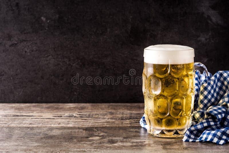 Cerveja de Oktoberfest na tabela de madeira fotos de stock royalty free