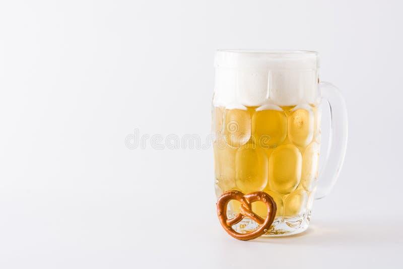 Cerveja de Oktoberfest no frasco e no pretzel isolados imagens de stock
