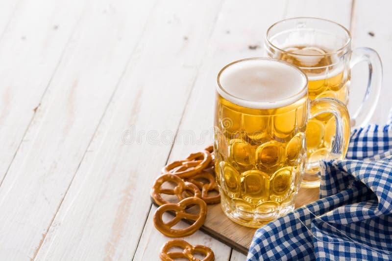 Cerveja de Oktoberfest no frasco e no pretzel na madeira fotos de stock royalty free