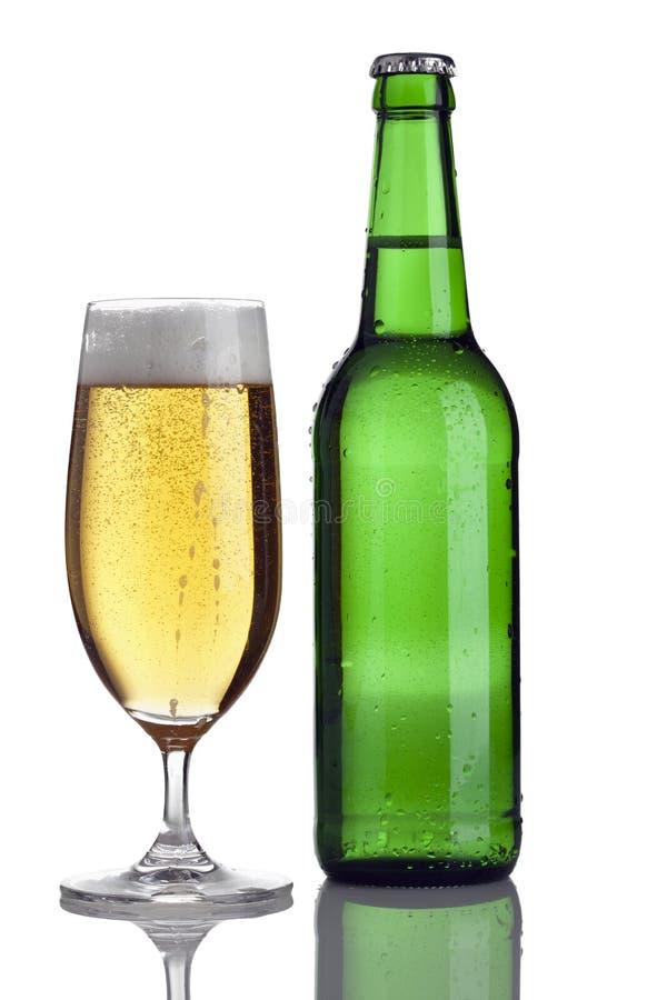 Cerveja de Pilsener no vidro e no frasco fotografia de stock royalty free