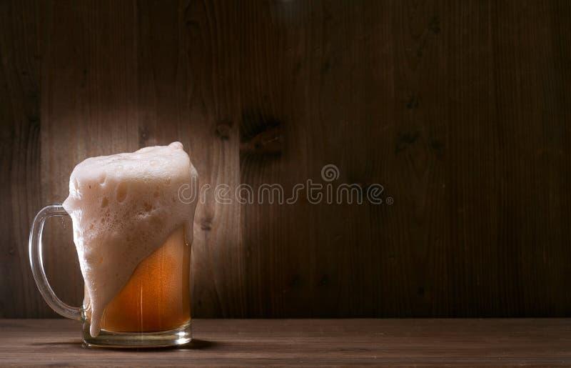 Cerveja de vidro no fundo de madeira fotos de stock royalty free